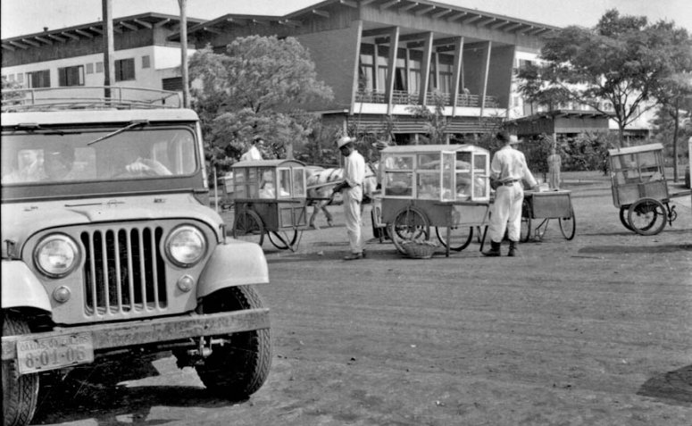 Grande Hotel Maringá e ambulantes - Década de 1950
