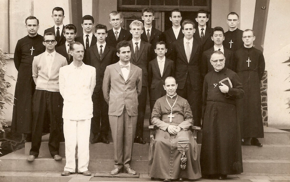 Personalidades em frente ao Colégio Marista - Final dos anos 1950
