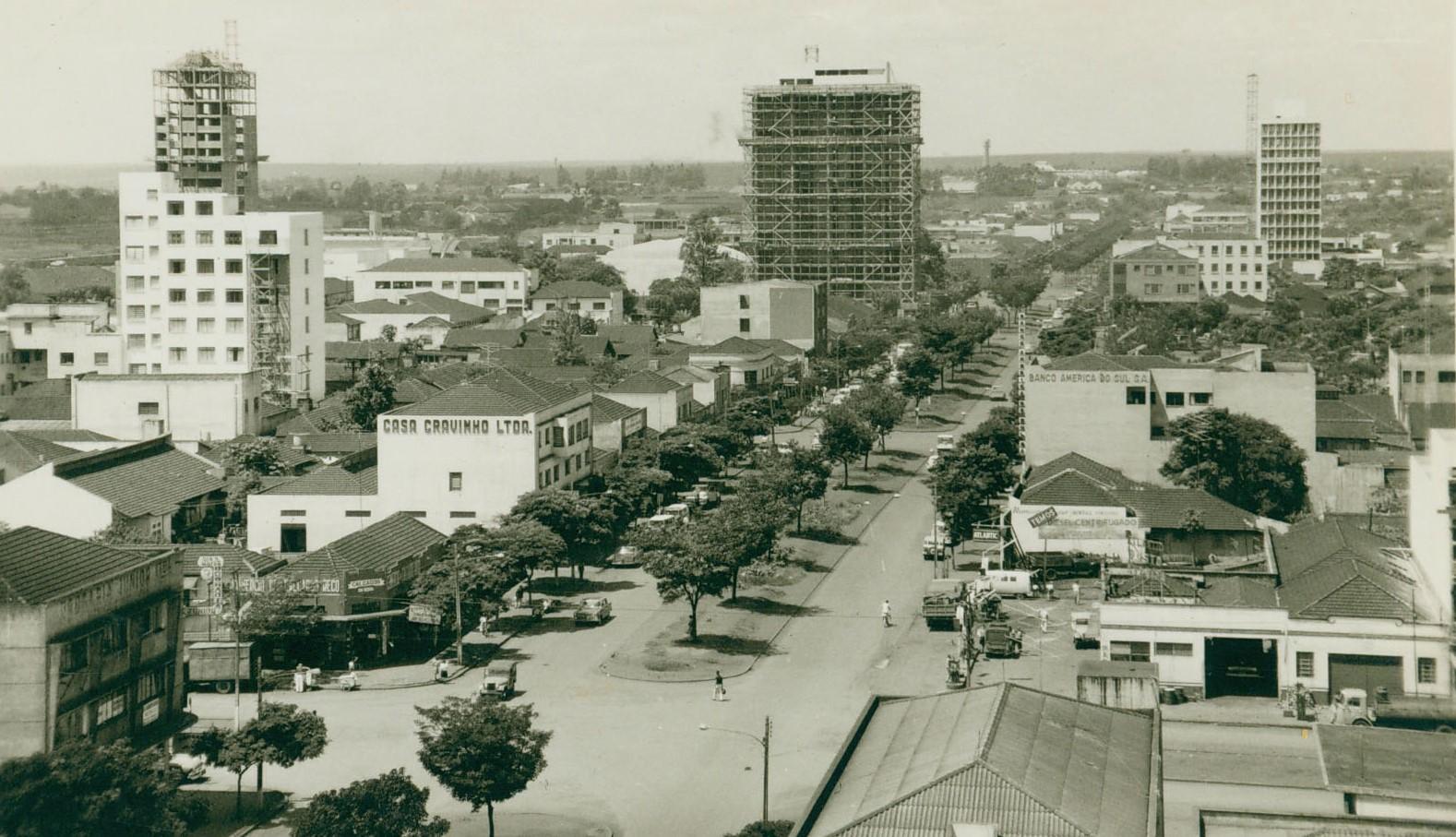 Avenida Brasil esquina com a avenida Paraná - Década de 1960