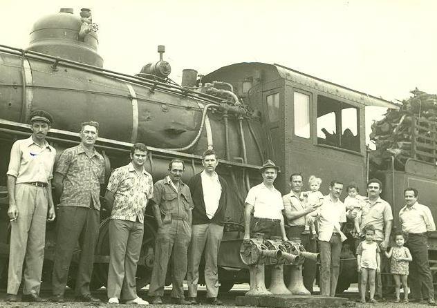 Ferroviários e a locomotiva - 1972