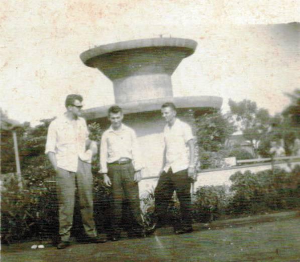 Personagens em frente à Fonte Luminosa