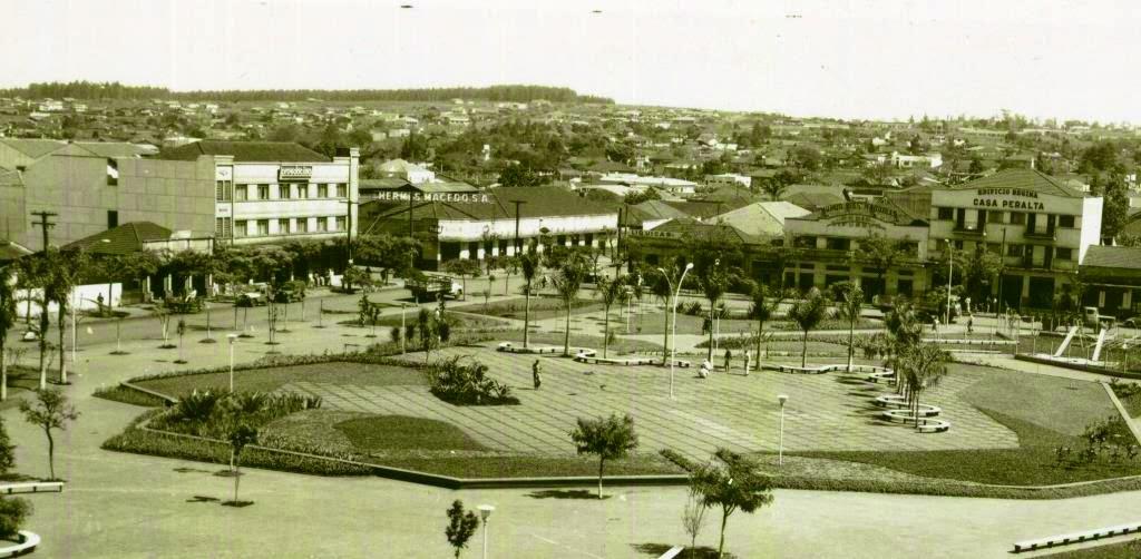Estabelecimentos comerciais, década de 1960 - Praça Napoleão Moreira da Silva