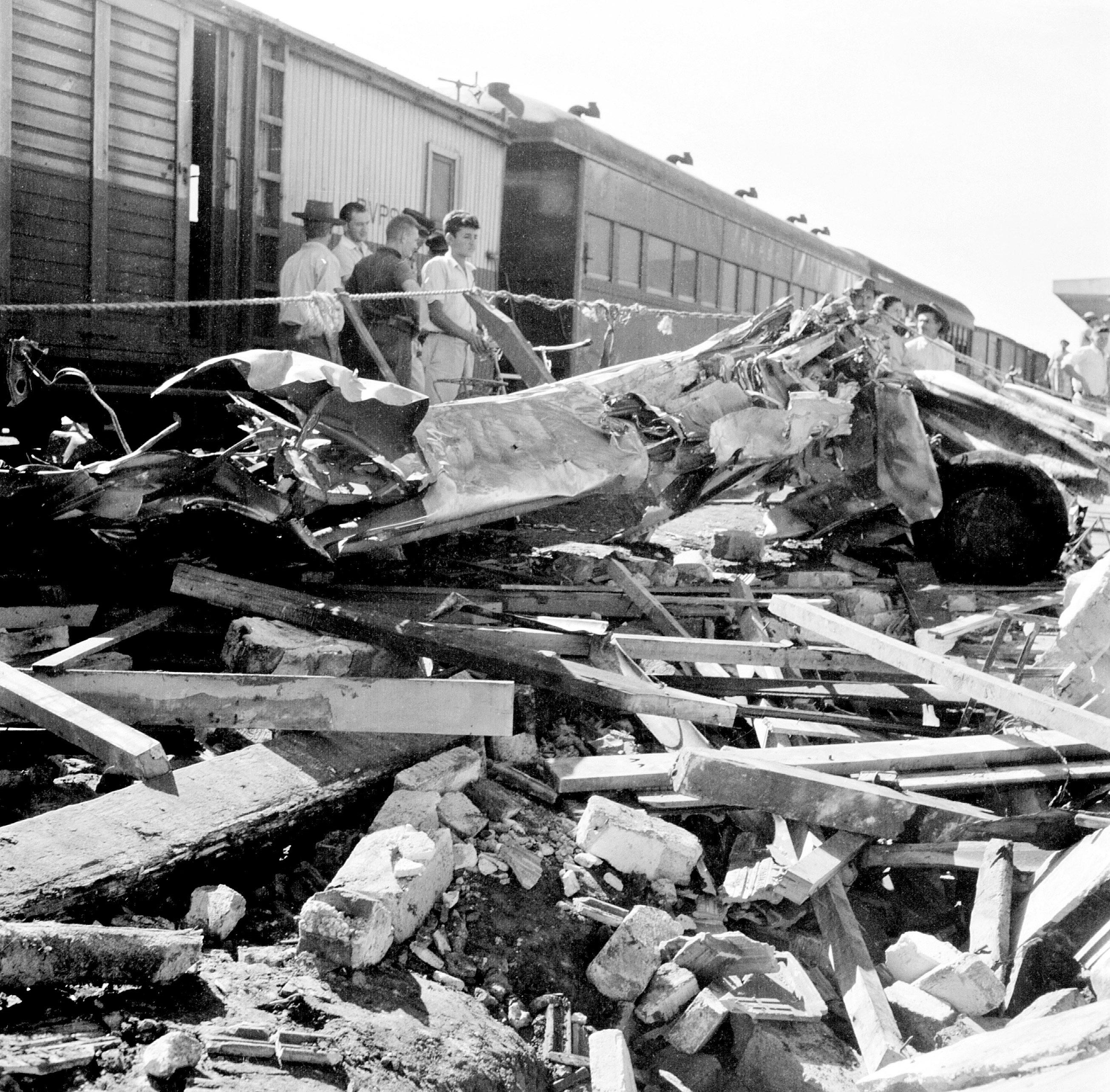 Destroços de avião - maio de 1957