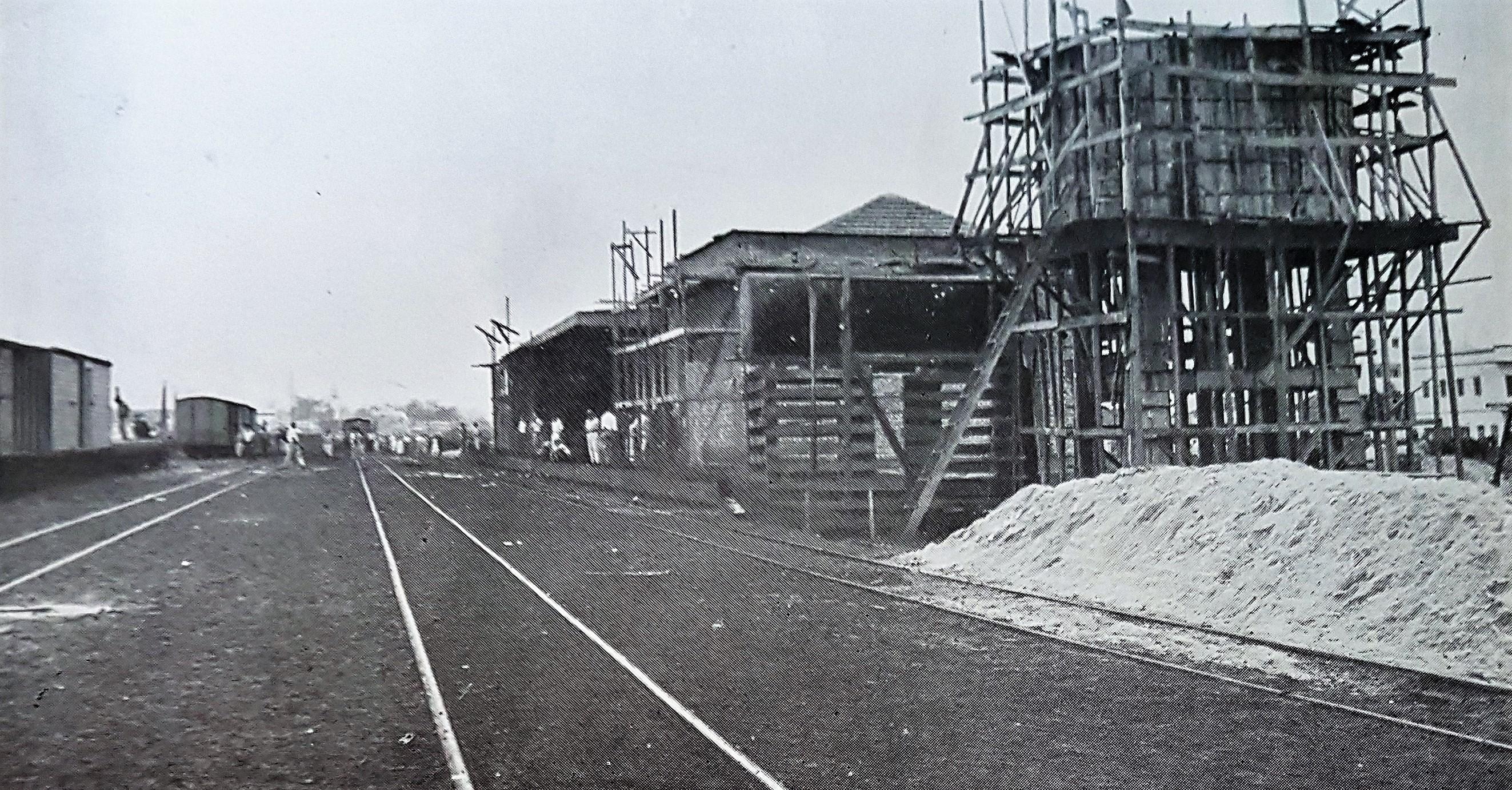 Estação inacabada e a chegada do trem - 1954