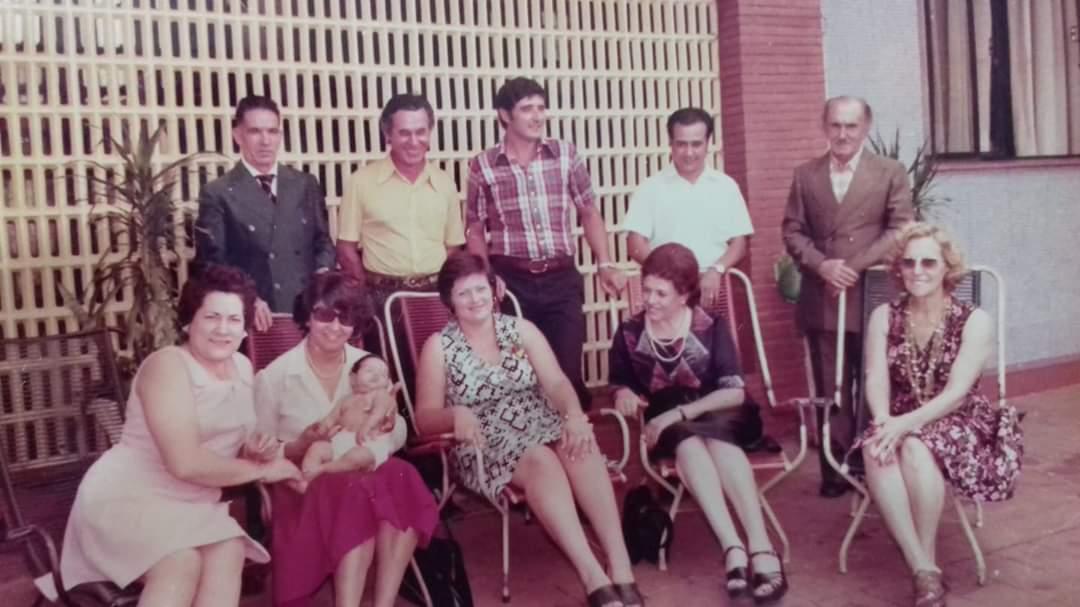 Familiares em frente ao Indaiá Hotel - 1975