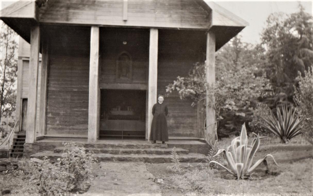 Emílio Scherer em frente da Capela São Bonifácio - Anos 1950