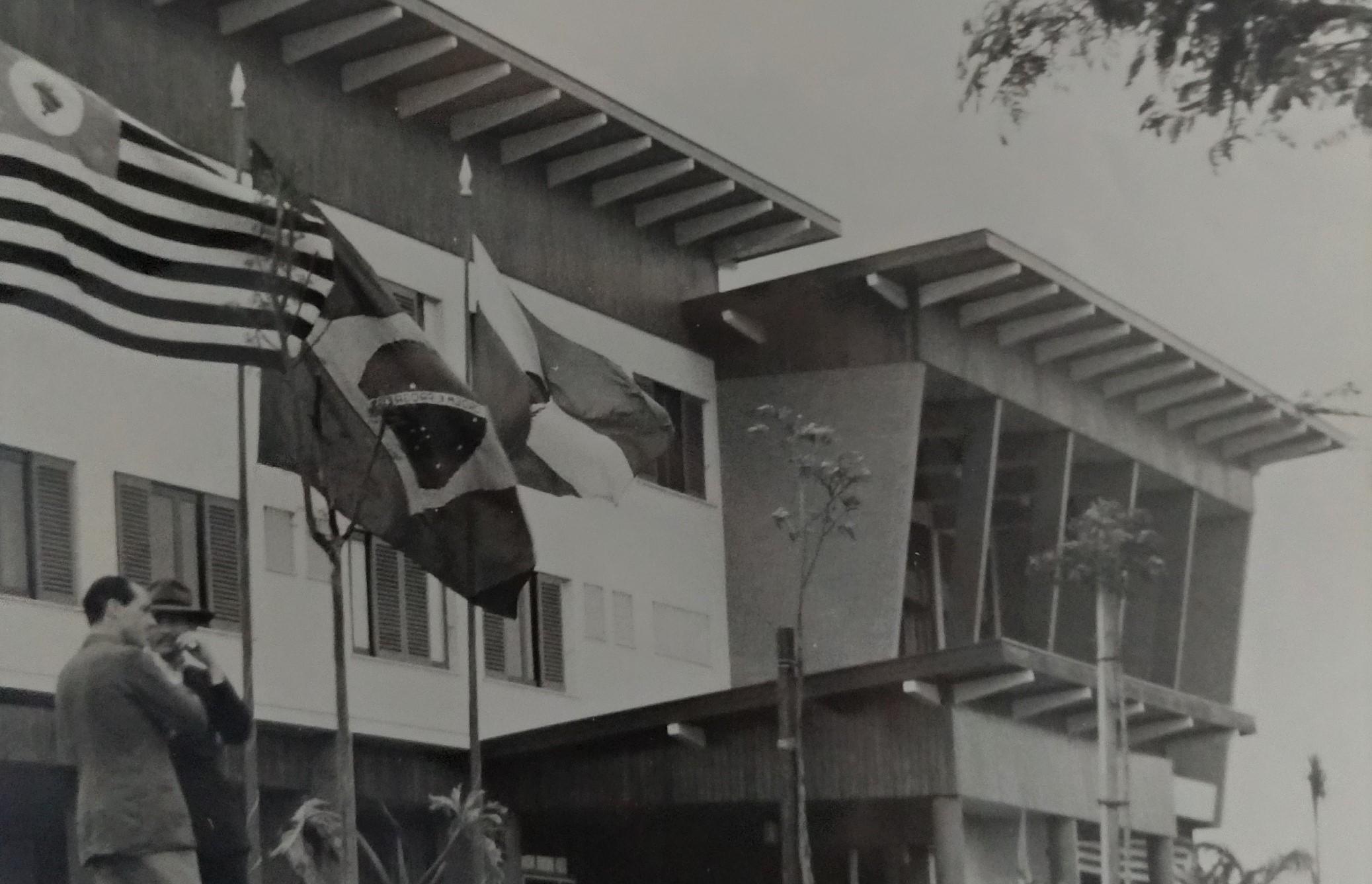 Tiros nas bandeiras do Grande Hotel Maringá - 1956