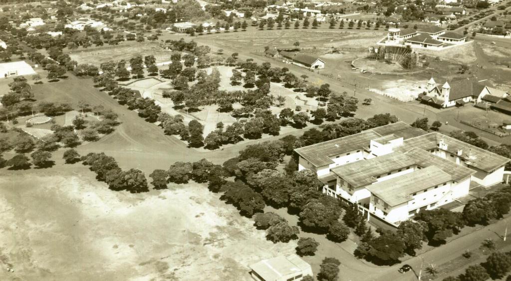 Praça Dom Pedro II e Grande Hotel Maringá - Década de 1960